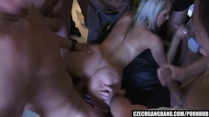 Групповой порно ганг банг кремпай с грудастой блондинкой